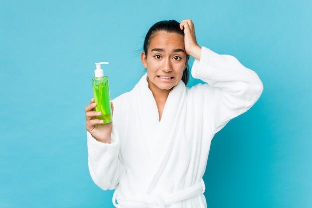 Jong gemengd ras indiër met een aloë vera-fles die geschokt is, heeft ze een belangrijke vergadering onthouden.