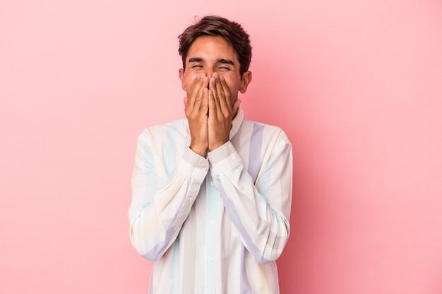 Jong gemengd ras man geïsoleerd op een witte achtergrond lachen om iets, die mond met handen bedekken.