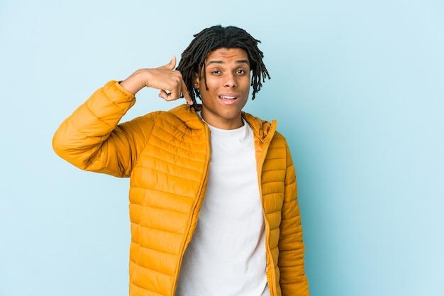Jong gemengd ras man persoon met de hand wijzend naar een shirt kopie ruimte, trots en zelfverzekerd