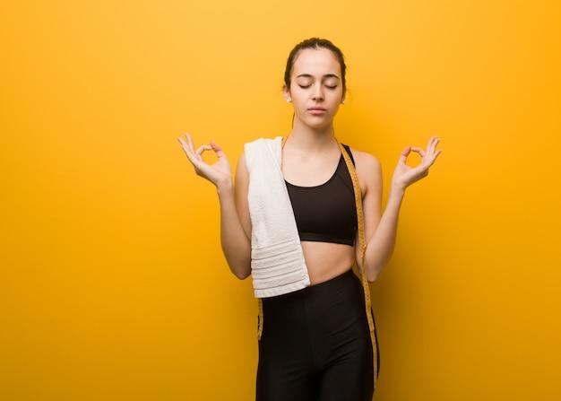 Jong geschiktheidsmeisje dat yoga uitvoert