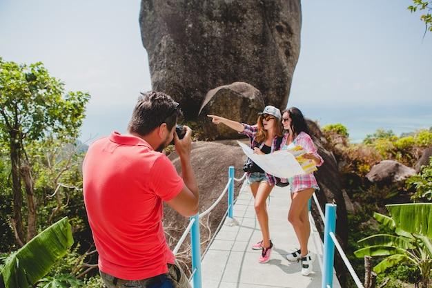 Jong gezelschap van vrienden die bezienswaardigheden bekijken, foto's maken, reizen in thailand