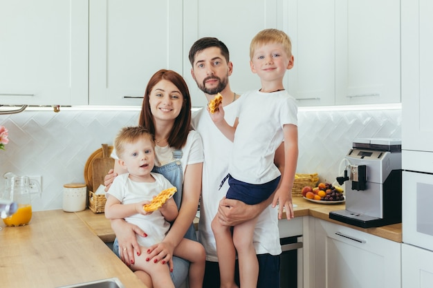 Jong gezin bereiden ontbijt samen, man, vrouw en twee kinderen