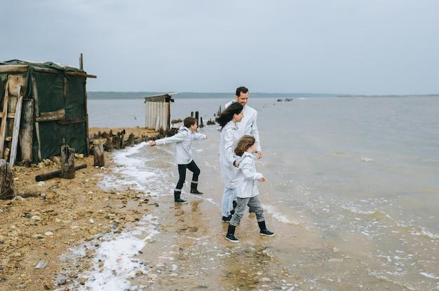 Jong gezin heeft plezier in de buurt van de barakken op het meer