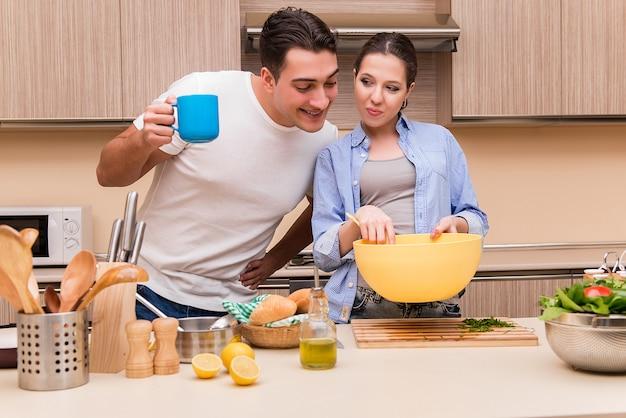 Jong gezin in de keuken