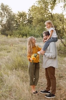 Jong gezin in de natuur op een wandeling drie zijn blij