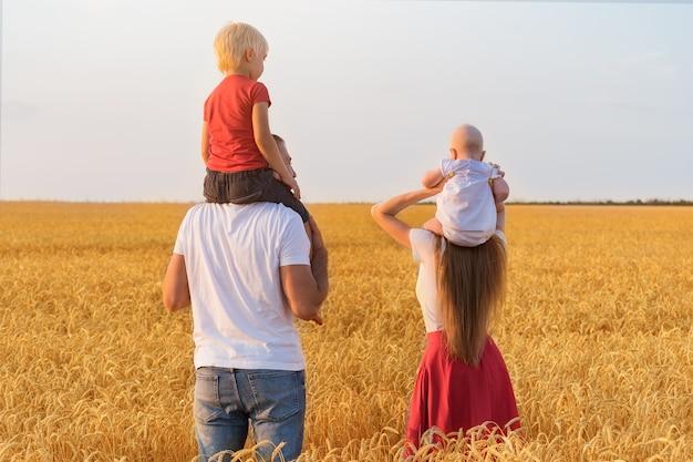 Jong gezin in veld met twee jonge kinderen