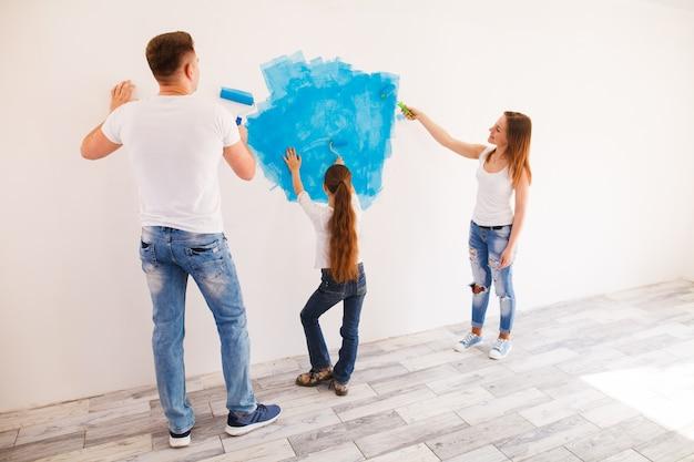 Jong gezin maakt reparaties.