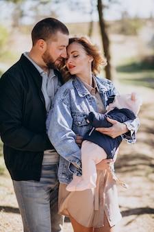 Jong gezin met babymeisje in het park