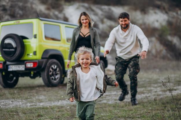 Jong gezin met dochtertje gestopt in bos