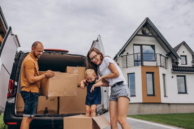 Jong gezin met dochtertje verhuizen naar een nieuw huis