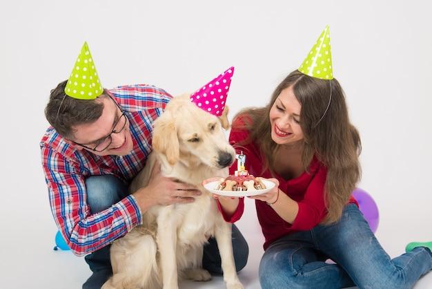 Jong gezin met hun hond golden retriever viert een jaar verjaardag.