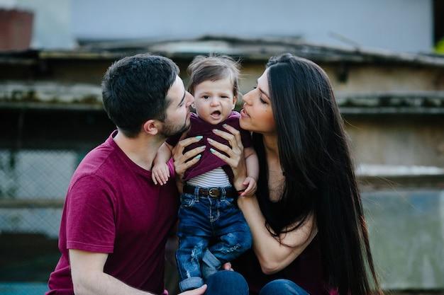 Jong gezin met kind poseren op een verlaten gebouw Gratis Foto