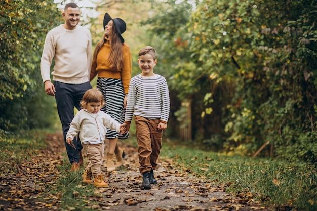 Jong gezin met kinderen in de herfstpark