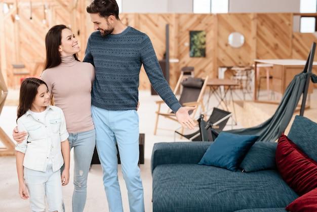 Jong gezin met meisje kiest nieuwe bank.