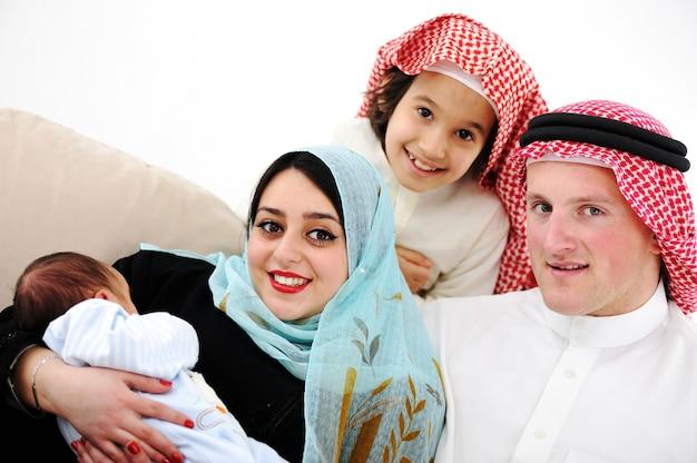Jong gezin met nieuwe baby thuis
