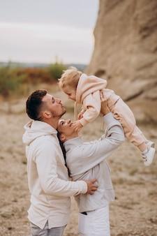 Jong gezin met zoontje samen plezier