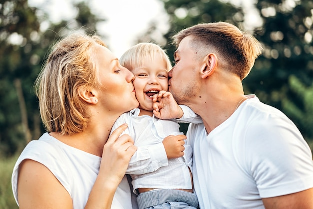 Jong gezin met zoontje veel plezier buiten
