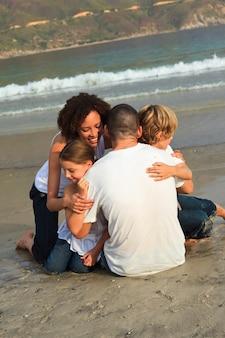 Jong gezin op het strand met plezier