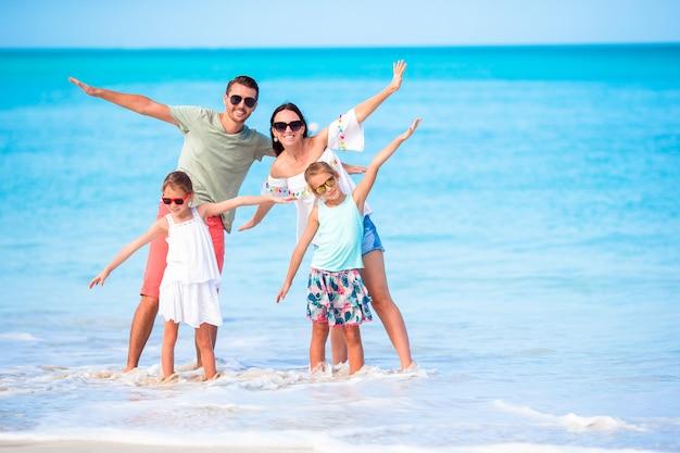 Jong gezin op strandvakantie heeft veel plezier samen