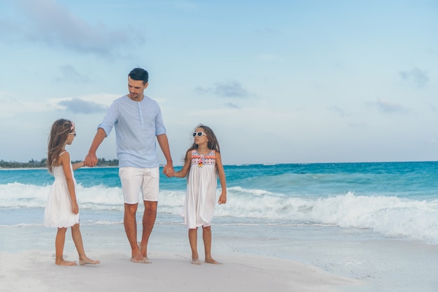 Jong gezin op vakantie hebben veel plezier