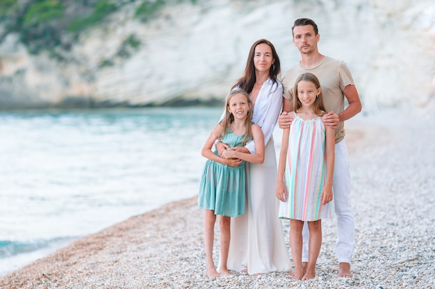 Jong gezin op vakantie heeft veel plezier