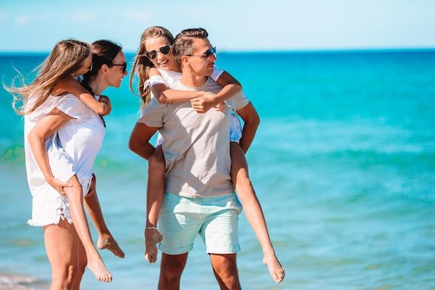 Jong gezin op vakantie op het strand