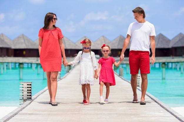 Jong gezin op vakantie veel plezier op de malediven