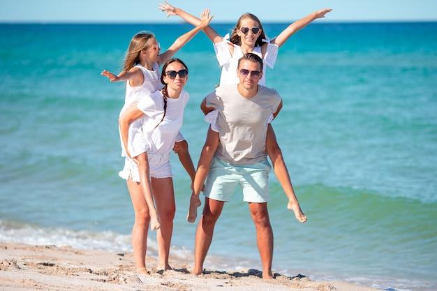 Jong gezin op vakantie veel plezier