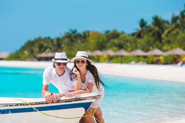 Jong gezin op wit strand tijdens zomervakantie summer