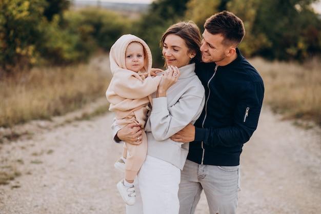Jong gezin samen met zoontje
