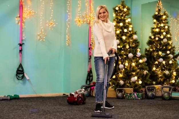 Jong gezin schoonmaakt appartement na kerstfeest