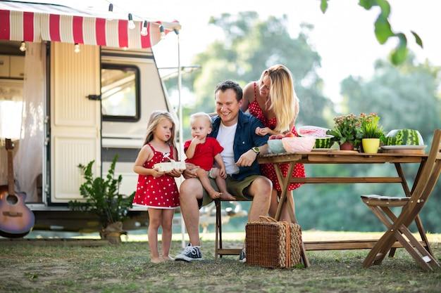 Jong gezin van vier met picknick