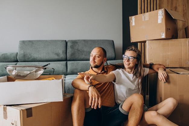 Jong gezin verhuizen naar hun nieuwe huis