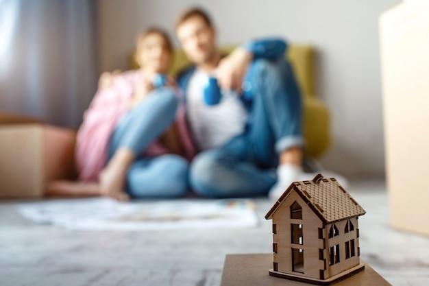 Jong gezinspaar kocht hun eerste kleine appartement