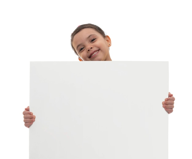 Jong glimlachend meisje dat witte raad met exemplaarruimte houdt