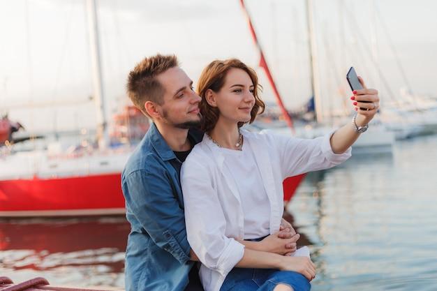 Jong glimlachend verliefde paar maakt selfie portret met telefoon. romantisch concept