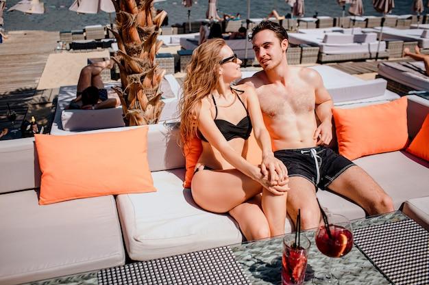 Jong heet paar dat bij zwembad rust
