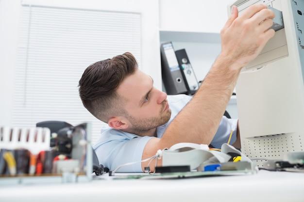 Jong het beroeps die cpu op bureau herstelt