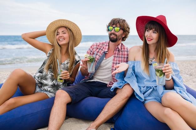 Jong hipstergezelschap van vrienden op vakantie