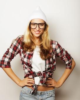 Jong hipstermeisje die pret hebben en gek worden