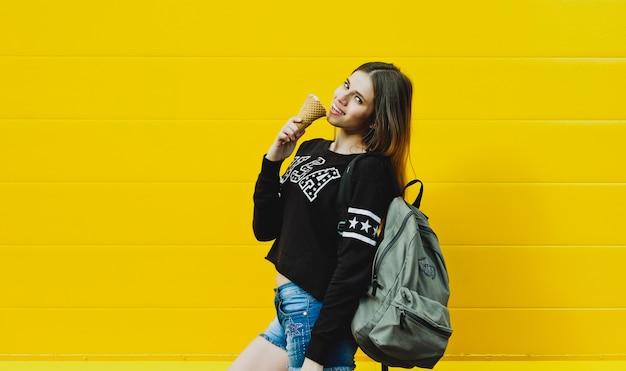 Jong hipstermeisje met roomijs