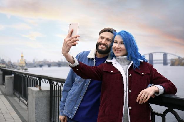 Jong hipsterpaar dat selfie buitenshuis neemt?