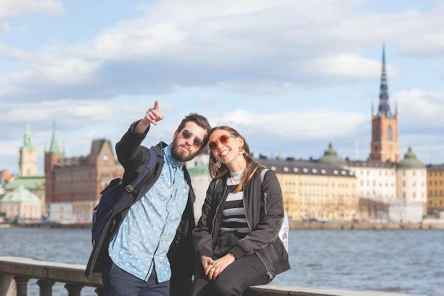 Jong hipsterpaar die stockholm bezoeken