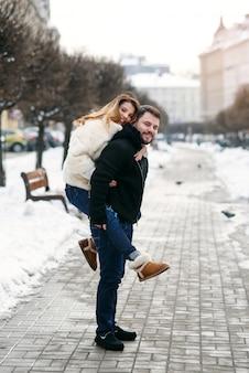 Jong houdend van paar op de natuurlijke winter. nieuwjaar en kerstmis.