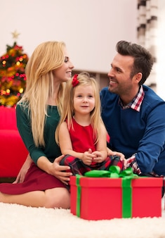 Jong huwelijk met hun dochter die kerstmis samen doorbrengt
