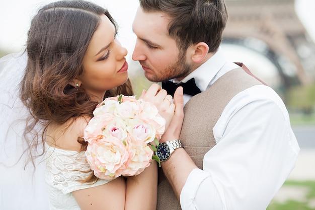 Jong huwelijkspaar die van romantische ogenblikken buiten op een de zomerweide genieten