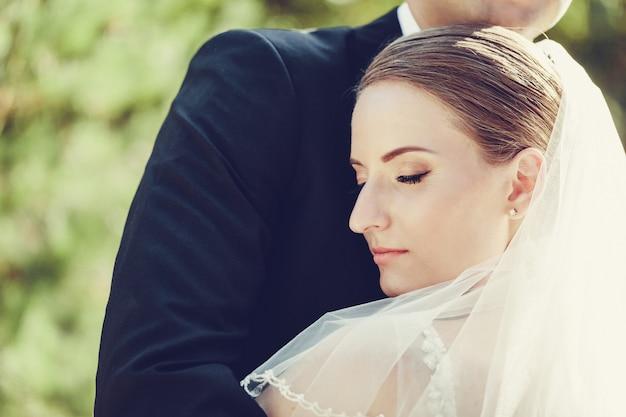 Jong huwelijkspaar die van romantische ogenblikken genieten in openlucht dicht omhoog