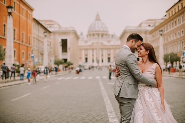 Jong huwelijkspaar door de kathedraal van heilige peter in vatikaan