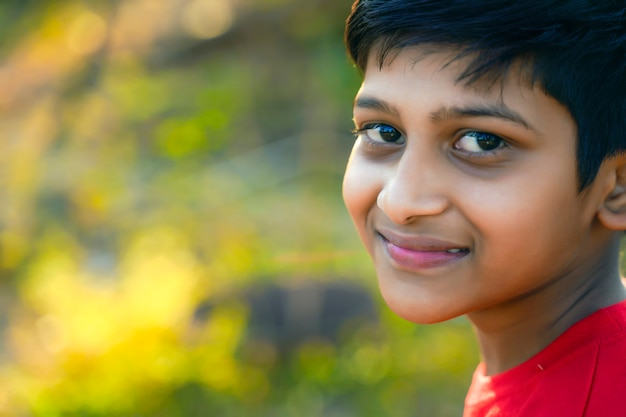 Jong indisch landelijk kindportret