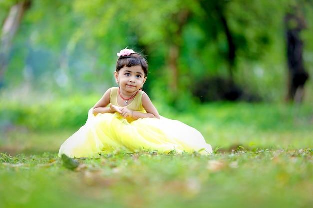 Jong indisch schattig meisje